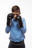 一件蓝色衬衣的情感男孩浅黑肤色的男人有拳击手套的在手上 免版税库存图片