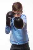 一件蓝色衬衣的情感男孩浅黑肤色的男人有拳击手套的在手上 免版税图库摄影