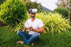 一件虚拟现实盔甲的一个人 免版税图库摄影