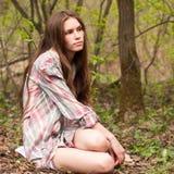 一件衬衣的年轻美丽的性感的女孩在森林或公园 库存图片