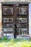 一间被放弃的农舍的老门 图库摄影