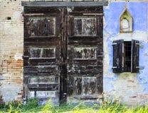 一间被放弃的农舍的老门 库存照片