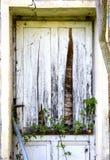 一间被放弃的农舍的老门 免版税图库摄影
