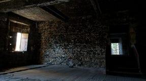 一间被放弃的空的屋子的内部 库存照片