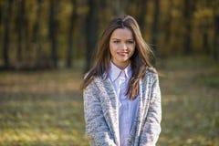 一件被编织的温暖的夹克的女孩 免版税库存照片