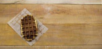 一说谎在书桌上的比利时华夫饼干 库存图片