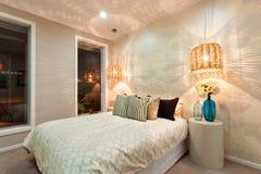 一间豪华卧室的侧视图有一张加长型的床的 免版税库存图片