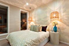 一间豪华卧室的侧视图有床的 库存照片