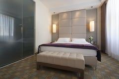 一间豪华旅馆卧室的内部有卫生间的 免版税库存照片