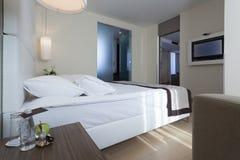 一间豪华旅馆卧室的内部有卫生间的 库存照片