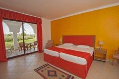 一间豪华旅馆卧室的内部有阳台的 免版税库存图片