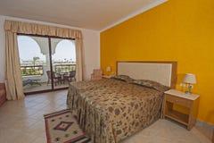 一间豪华旅馆卧室的内部有阳台的 图库摄影