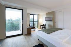 一间豪华旅馆卧室的内部 免版税库存图片
