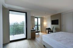 一间豪华旅馆卧室的内部 免版税库存照片