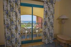 一间豪华旅馆屋子的内部有阳台的 库存照片