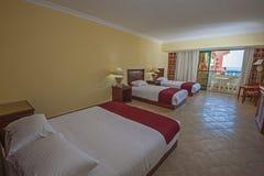 一间豪华旅馆屋子的内部有阳台的 免版税图库摄影