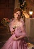 一件豪华桃红色礼服的美丽的妇女 图库摄影