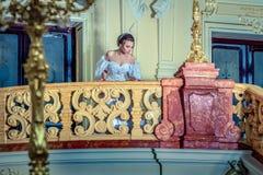 一件豪华白色礼服的一位小姐 免版税库存图片