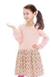 一件长的白棉布礼服的滑稽的女孩女小学生 免版税库存图片