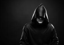一件黑长袍的人 免版税图库摄影