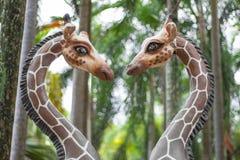 一头长颈鹿的雕象在爱的 库存图片