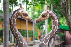 一头长颈鹿的雕象在爱的 免版税库存照片