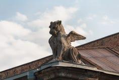 一头飞过的狮子的雕塑在大厦的屋顶的 基辅 免版税图库摄影