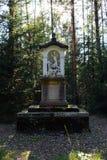 一头鹿的雕象与圣洁十字架的 库存图片