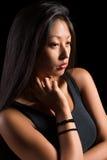 一件黑T恤杉的美丽的亚裔女孩 库存图片