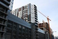 一apartament的建筑与起重机的 库存图片