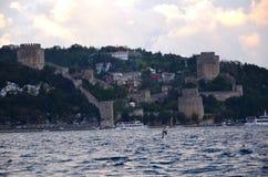 一Bosphorus的有薄雾的天视图的Rumeli堡垒在伊斯坦布尔 免版税库存图片