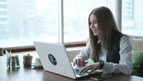 一busines妇女与在咖啡馆的膝上型计算机一起使用 影视素材