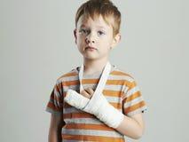 一castchild的小男孩与一条断胳膊 适应 免版税库存照片