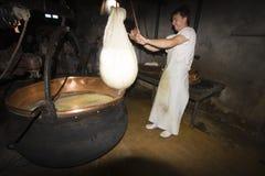 一cheesemonger在一个古老牛奶店, Franche-Comté,法国 库存照片