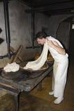 一cheesemonger在一个古老牛奶店, Franche-Comté,法国 库存图片