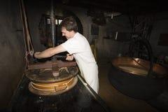 一cheesemonger在一个古老牛奶店, Franche-Comté,法国 免版税图库摄影