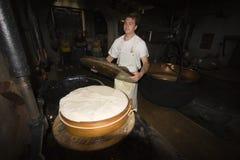 一cheesemonger在一个古老牛奶店, Franche-Comté,法国 免版税库存图片