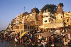 一ghat的印度香客在瓦腊纳西,印度 免版税库存照片