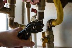 一gur修理燃气锅炉过滤器与板钳的 免版税图库摄影