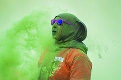一hiyab的妇女在绿色尘云 免版税库存图片