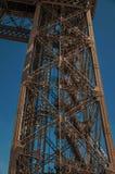 一leg's看法在巴黎电烙艾菲尔铁塔的结构,有晴朗的蓝天的 库存图片