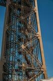 一leg's看法在巴黎电烙艾菲尔铁塔的结构,有晴朗的蓝天的 图库摄影