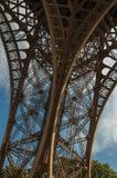 一leg's看法在巴黎电烙艾菲尔铁塔的结构,有蓝天和阳光的 库存图片