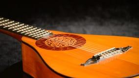 一luthier回旋制造的古老梨吉他在黑天鹅绒 影视素材