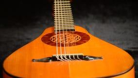 一luthier回旋制造的古老梨吉他在水平 股票视频