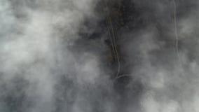 一quadrocopter的飞行在云彩和路上的 股票录像