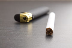 一sigarette和更轻的特写镜头射击 库存图片