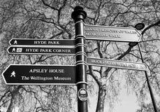 一streetsign在显示普遍的参观的斑点的伦敦 库存照片