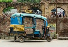 一tuk tuk (出租汽车)在街道上在阿姆利则,印度 免版税图库摄影