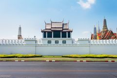 一Wat Phra kaew复合体宫殿墙壁的警卫塔在曼谷,泰国 图库摄影